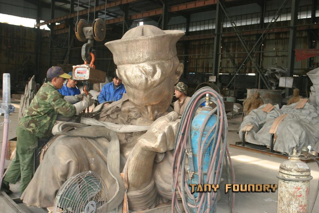 Unconditional Surrender: 26 feet tall bronze statue  by artist John Seward Johnson II.