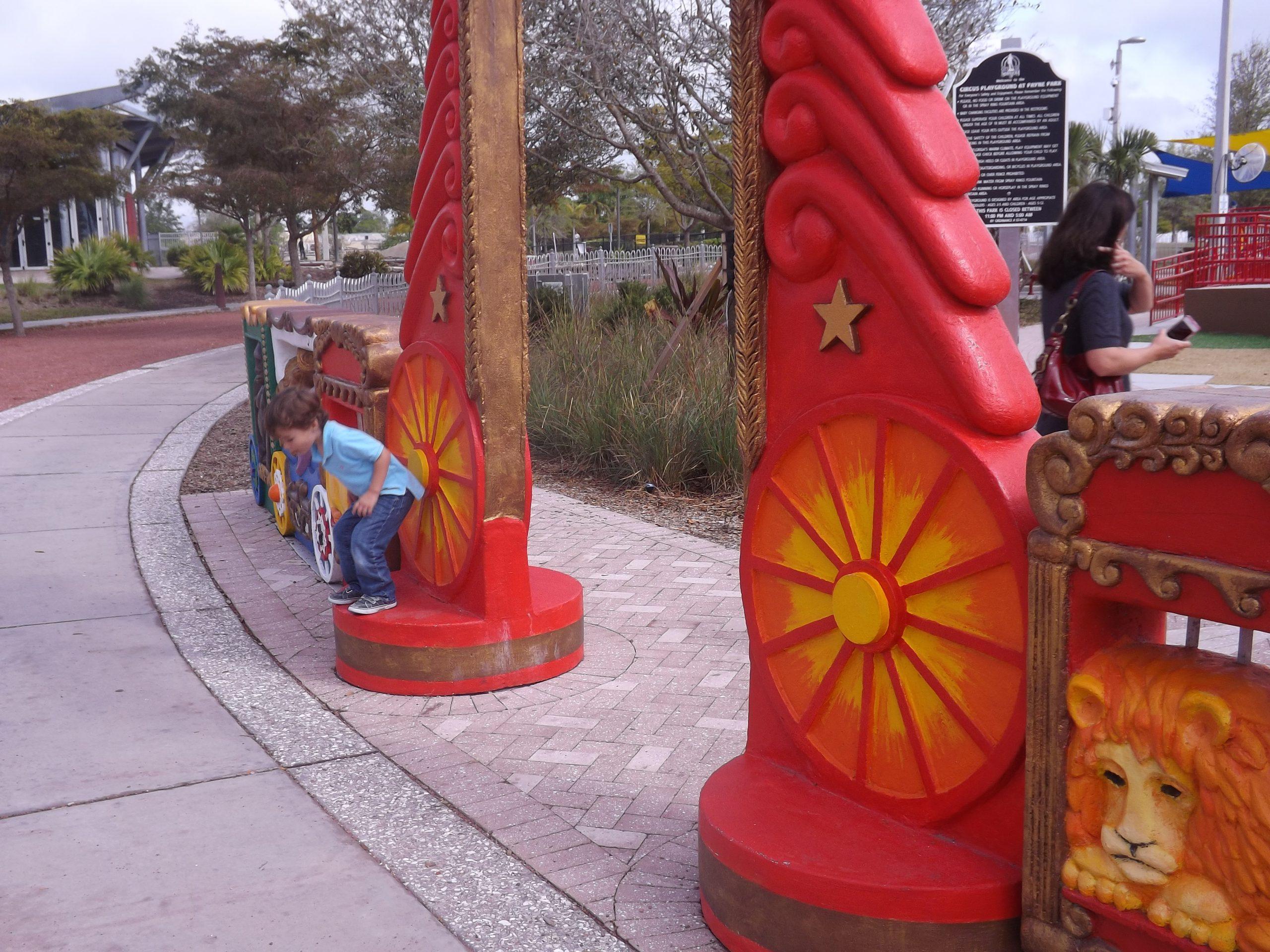 Circus Park, Entryway